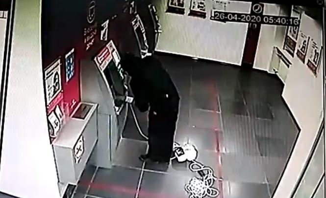 Грабитель в медицинской маске: появилось видео поджога банкомата на Харьковской