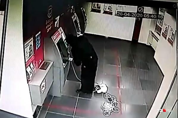 Мужчина прикрыл лицо медицинской маской