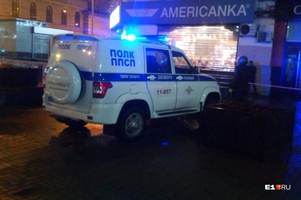 К бару «Американка» приехало несколько патрульных машин