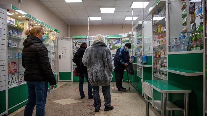 «Пришлось побегать»: о чём говорят в очередях за антибиотиками — репортаж из аптек Новосибирска