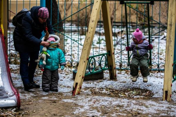 Некоторые родители, несмотря на режим самоизоляции, продолжают гулять с детьми на игровых площадках