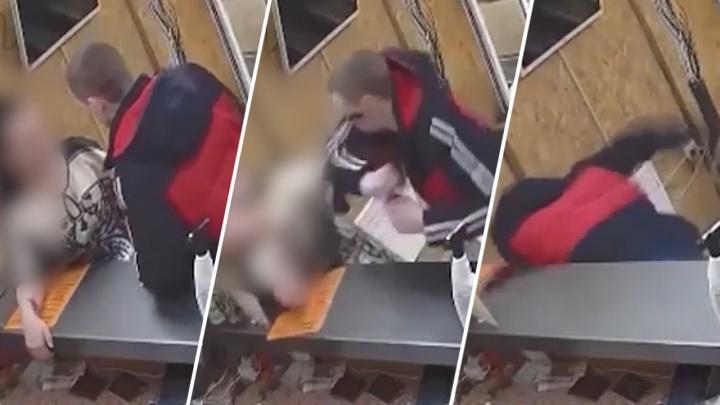 Жестокое избиение женщины в новосибирской гостинице попало на видео