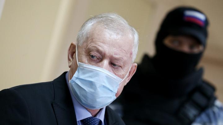 В Челябинске начался суд над экс-мэром Евгением Тефтелевым, но всё тут же забуксовало. Онлайн-репортаж