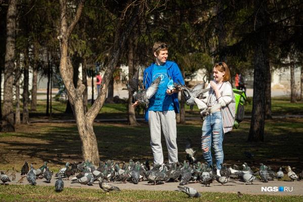 В первый жаркий день весны на улицах стало заметно больше гуляющих горожан