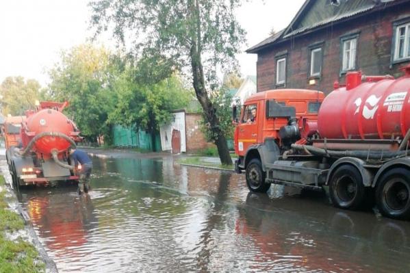 По словам коммунальщиков, столько воды они не откачивали уже два года.
