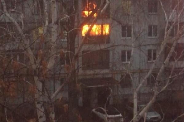 Пламя охватило лестничную площадку на третьем и четвертом этажах