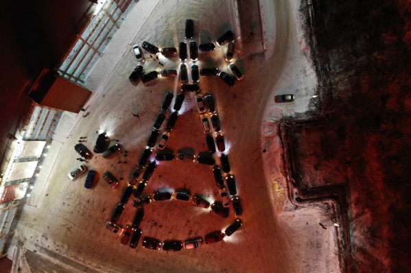 Организовали такое поздравление «Все свои 196» и «Урал авто клуб»
