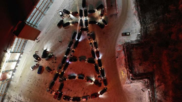 В Екатеринбурге построили гигантский рождественский колокольчик из авто: видео