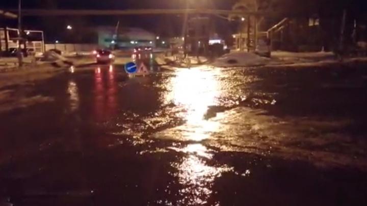 В Первомайском районе прорвало трубу — вода залила проезжую часть