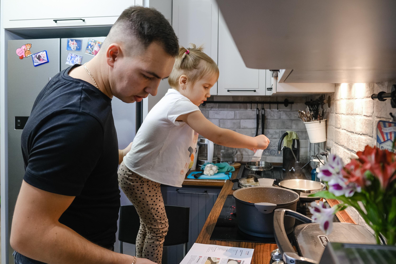 Лоя активно помогает на кухне