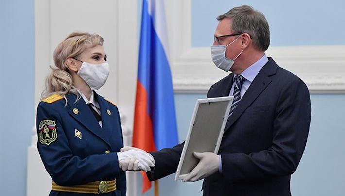 10 омских семей получили ежегодные премии губернатора в размере 100 тысяч рублей