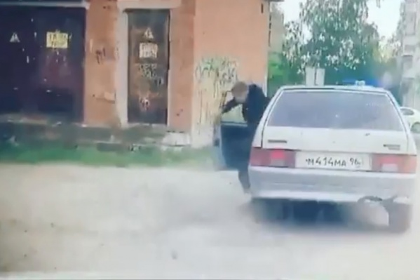 В конце погони парень на ходу выпрыгнул из машины