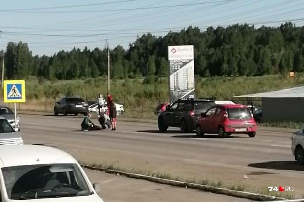 Мужчина переходил дорогу к остановке, когда оказался под колёсами Subaru