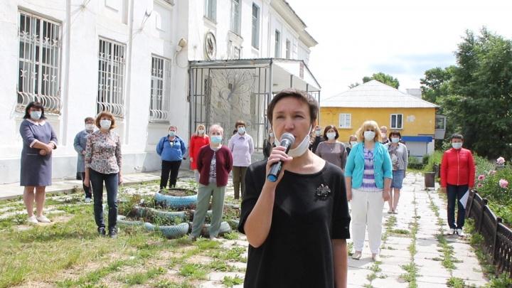 «Учителей выставляют на аукцион»: педагоги записали видеообращение к Текслеру против закрытия школы
