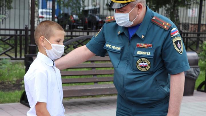 В Кузбассе спасатели подарили смелому мальчику велосипед
