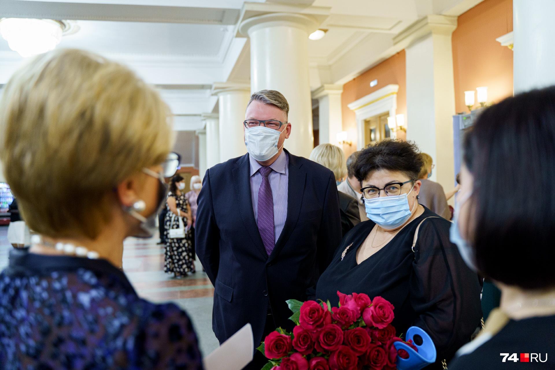 Первый заместитель министра здравоохранения Виктория Сахарова в театр пришла с шикарным букетом цветов. Коллега Евгений Ванин держался рядом