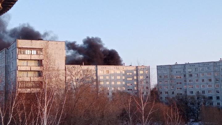 В Омске загорелась шиномонтажка — в небо поднялся столб чёрного дыма