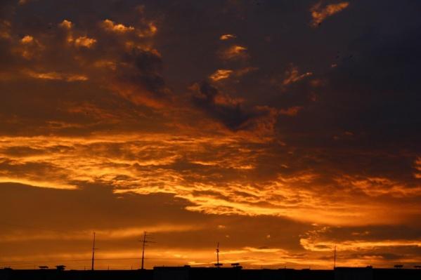 Небо завораживало жителей города этим вечером
