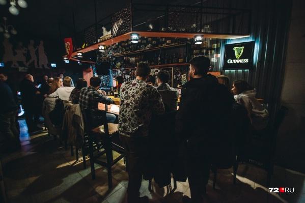 В баре на Кирова народу было много. При входе у каждого измеряли температуру и отправляли мыть руки