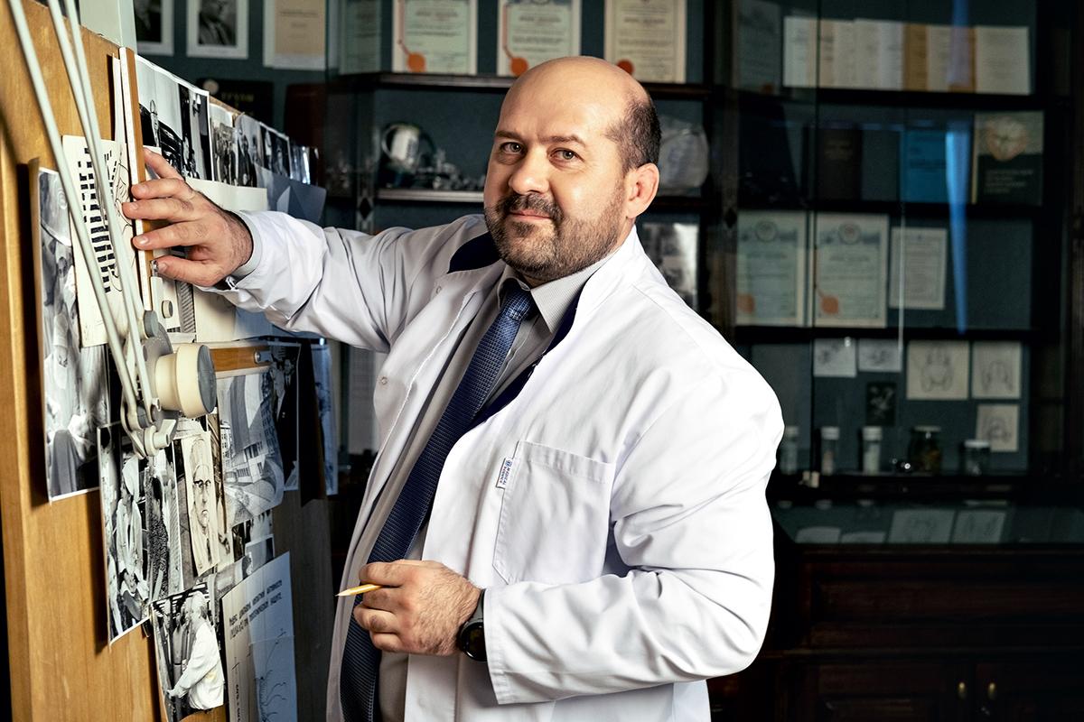 Заведующий отделением онкологии, врач-онколог, врач-хирургПавел Таранов с кульманом (чертежный прибор) Евгения Мешалкина