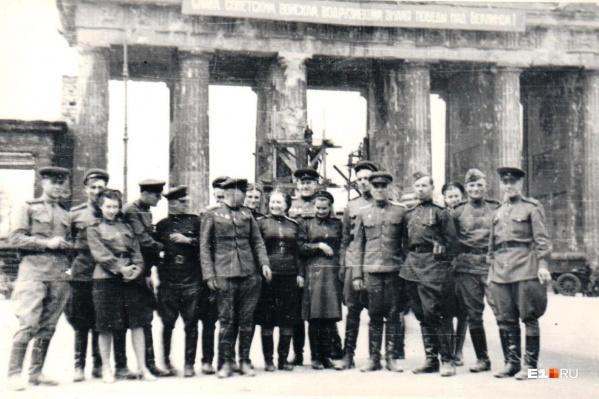 Победители на фоне Бранденбургских ворот
