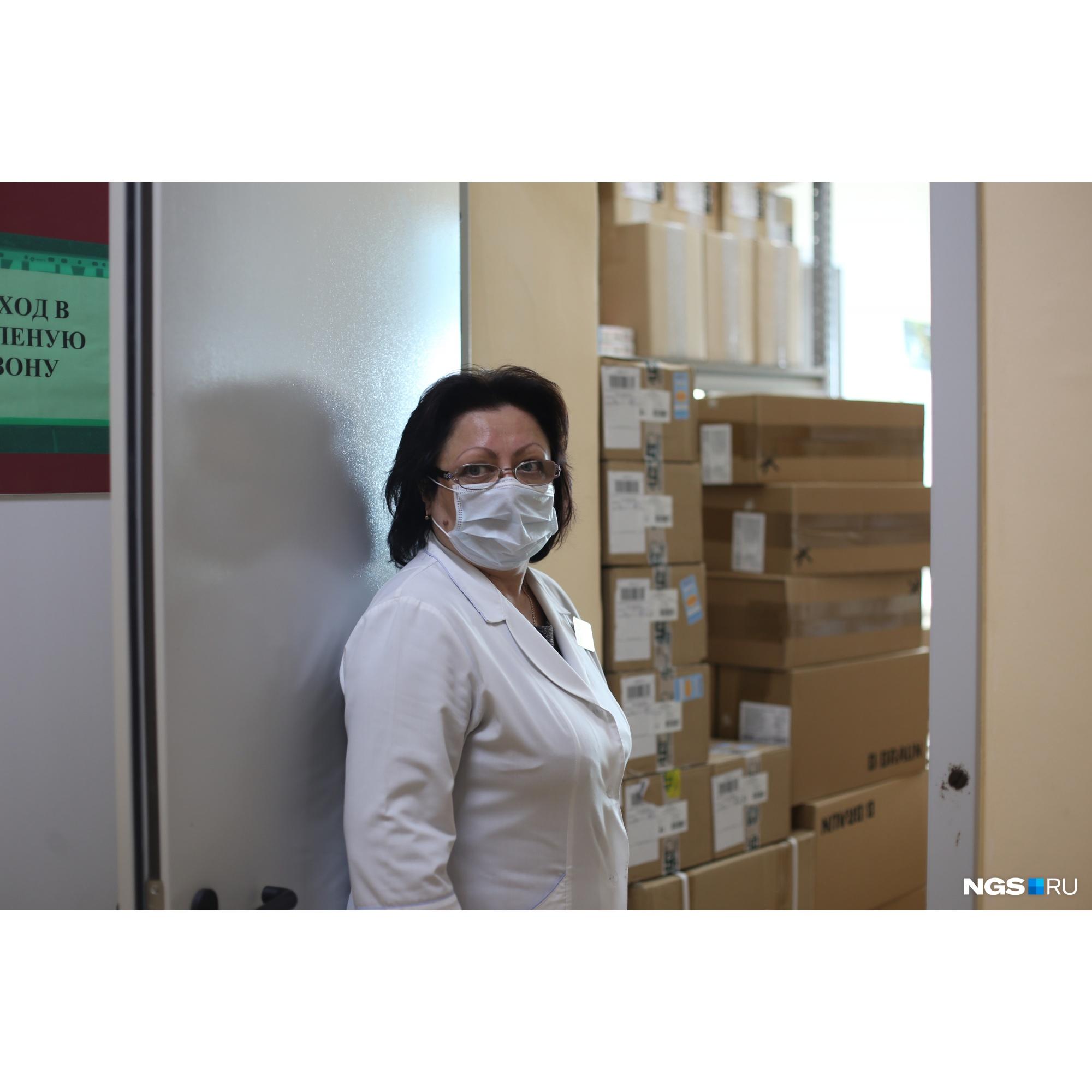 Лариса Федина показывает запасы СИЗов