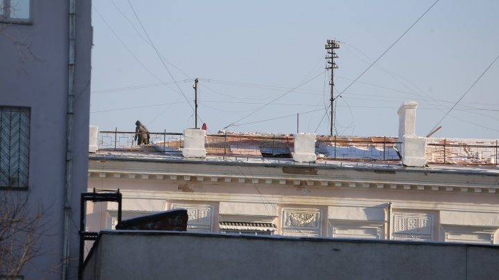 Жильцы дома в самом центре Челябинска в декабре остались с дырявой крышей
