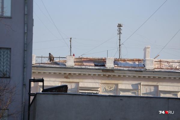 Дом без крыши (в декабре) стоит рядом с администрацией области
