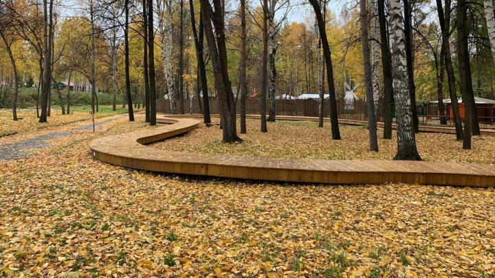 «Инстаграмное» место: в парке Маяковского старые рельсы превратили в лаундж-зону с бесконечной скамейкой