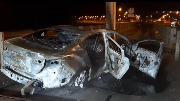 В Башкирии иномарка врезалась в столб и сгорела, водитель погиб