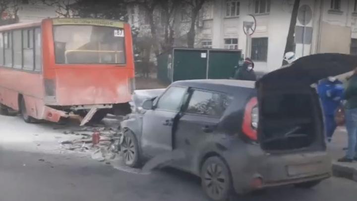 В Нижнем Новгороде после аварии с автобусом загорелась иномарка