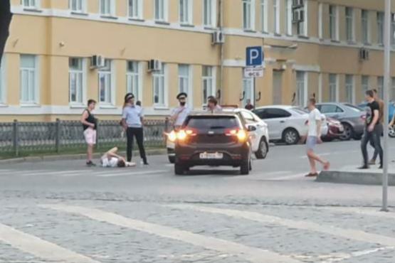 В центре Екатеринбурга KIA Rio сбила парня на электросамокате