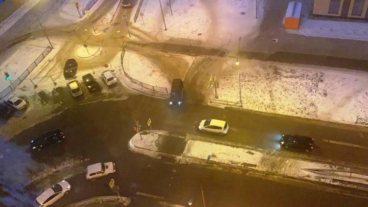 В Академическом водители стали ездить по тротуарам, чтобы срезать путь: видео