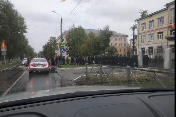 Очередь военных на входе в 14-ю гимназию