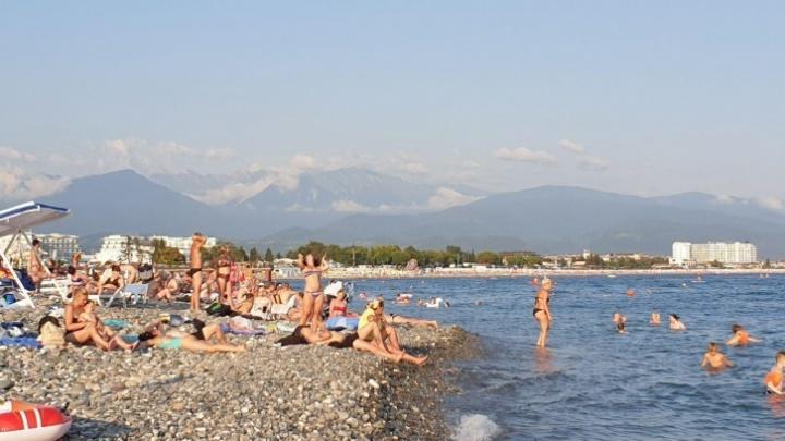 «Народу много»: отдыхающие на Чёрном море ярославцы рассказали, что происходит на пляжах