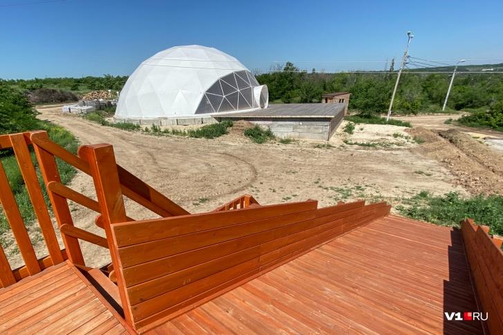 Большой шатер огородят взрослыми соснами
