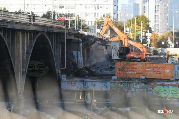 Строители начали разбирать первую арку старого моста