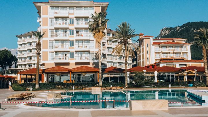 «Курорт как будто вымер»: рассказы первых путешественников, добравшихся до Турции