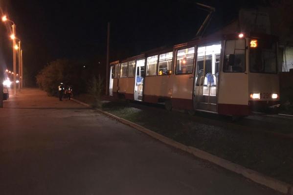 Трамвай следовал по маршруту № 15 в сторону конечной на ЧТЗ