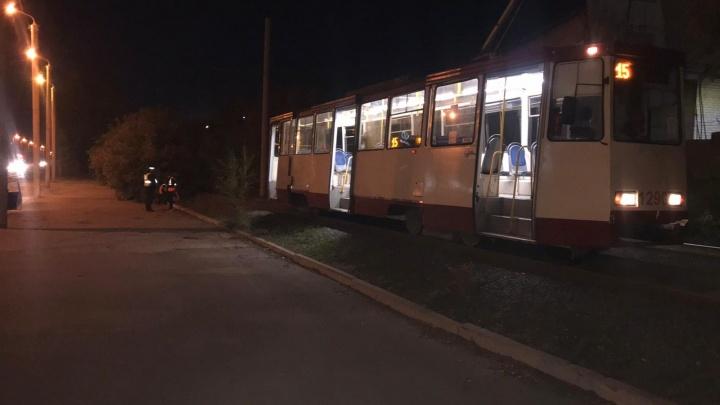 В Челябинске трамвай сбил в кустах женщину