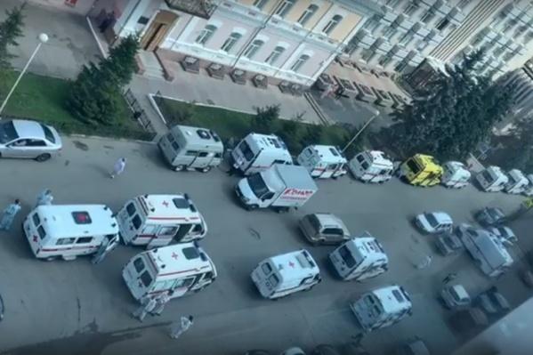 На видеозаписи можно насчитать более 20 машин скорой помощи