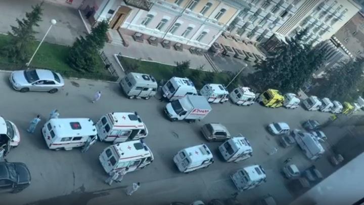 Перед омским диагностическим центром выстроилась очередь из скорых