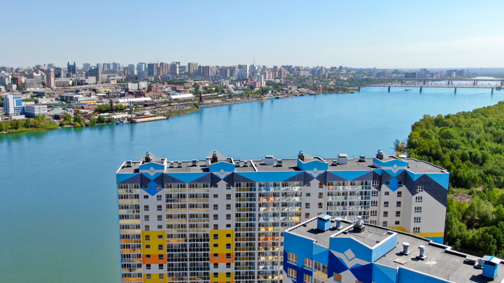 Серому городу нет: новосибирские семьи переселяются в яркие дома на берегу Оби