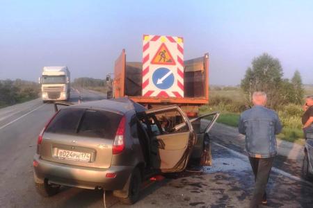 Врезался в КАМАЗ дорожников: житель Подмосковья погиб на трассе в Новосибирской области
