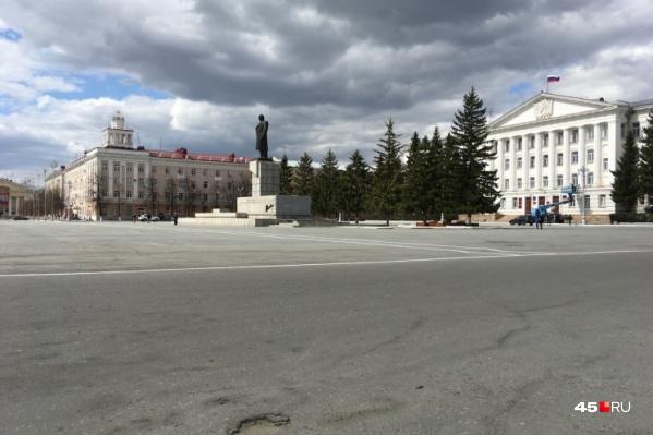 Первым сняли запрет на парковку возле правительственных зданий