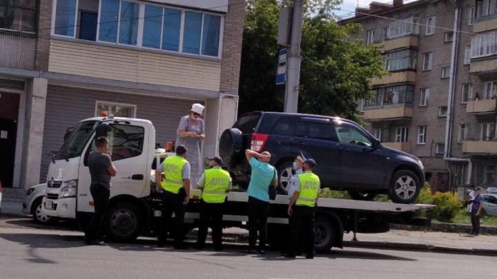 Хозяйка кроссовера забралась на эвакуатор в Новосибирске и устроила скандал — она спасала машину от штрафстоянки
