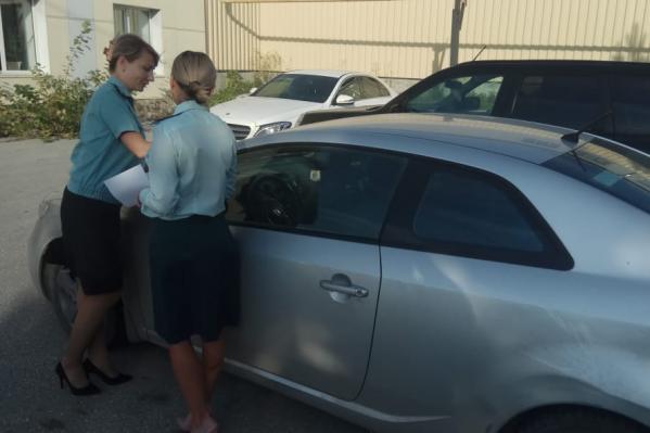 Одну из машин забрали на специализированную стоянку к судебным приставам