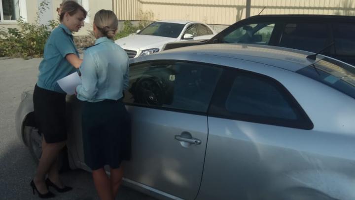 У жителей Верхней Пышмы арестовали автомобили: в городе прошли рейды приставов и налоговиков