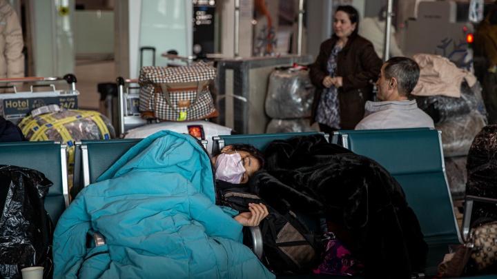 «На нас смотрят как на зверей». Репортаж из Толмачёво, где третьи сутки живут почти 300 граждан Узбекистана