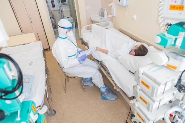 По словам медиков, пациентов с новым штаммом лечить сложнее